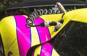 Яркий спортивный электромобиль на зарядке