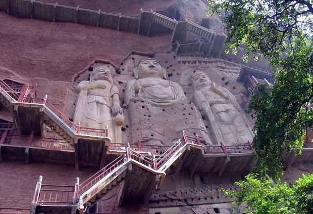 16-метровые статуи Будды на склоне горы Maijishan