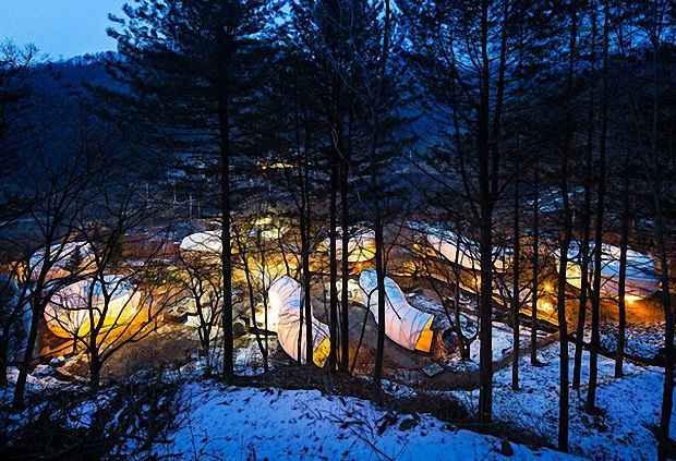 Целый город вдалеке от цивилизации из легко возводимых палаток