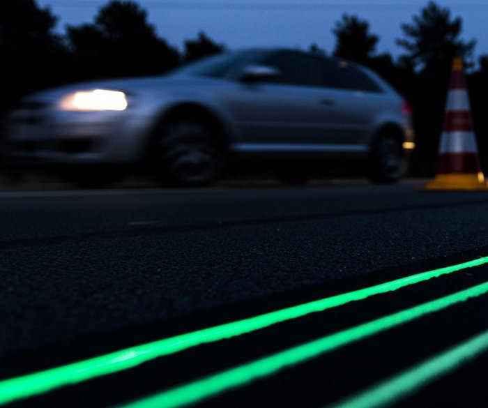 Светящиеся линии дорожной разметки