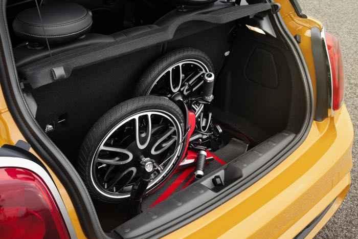 Электрический самокат в багажнике автомобиля