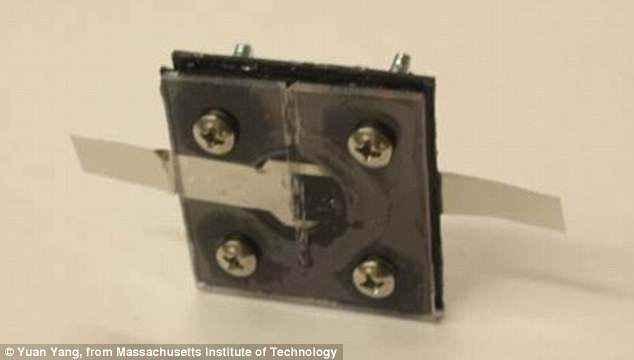 Устройство 2х2 см для зарядки смартфона