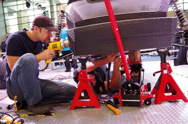 Создание автомобиля Strati на стенде выставки