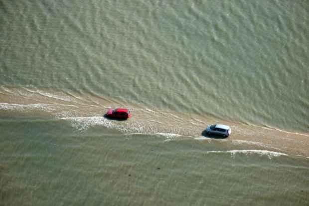 Дорога уходящая под воду по дну залива Бурньеф