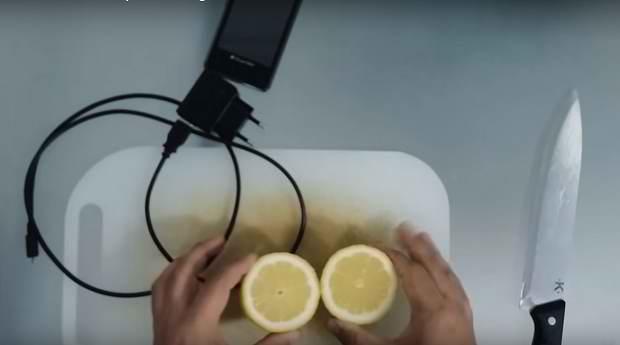 Лимон заряжает телефон