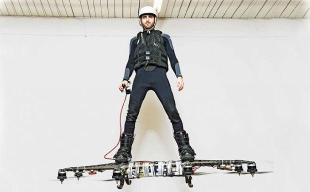 Инженер-программист Александр Дуру на летающей доске