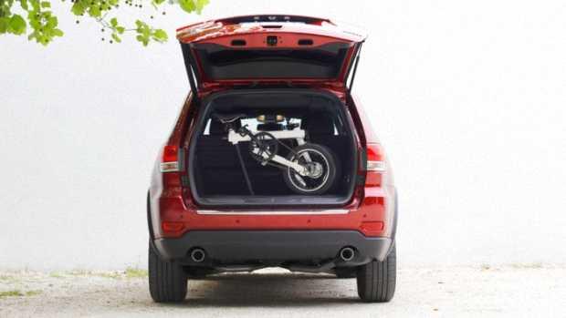 Электровелосипед QiCycle в багажнике автомобиля