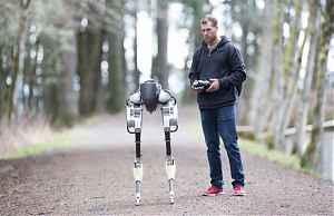 Ученый робототехник Джонатан Херст и робот Cassie