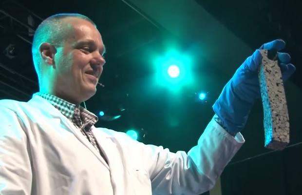Руководитель исследования Эрик Шлангена показывает образец самовосстанавливающегося асфальта