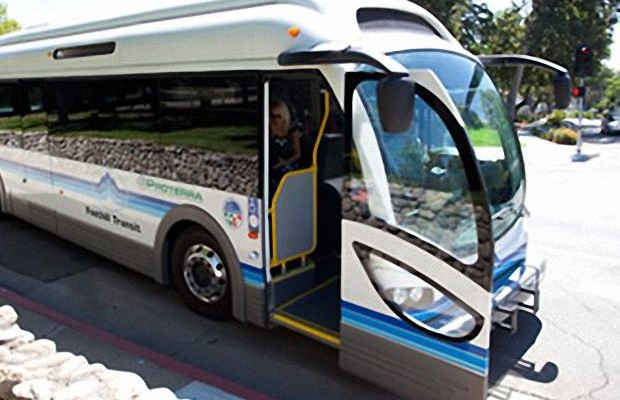 Электро автобус Proterra на остановке