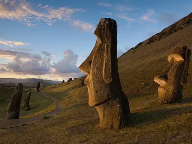 Головы моаи вдоль склона