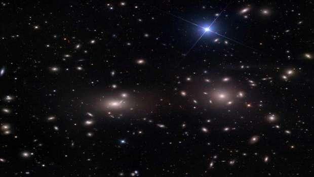 Галактики в центре кластера Кома, NGC 4889 (слева) и чуть поменьше NGC 4874 (справа)
