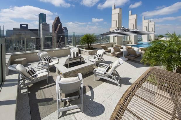 Площадка для отдыха с бассейном на крыше жилого небоскреба Market Square Tower
