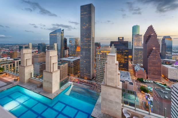 Из бассейна на крыше можно заплыть на улицу