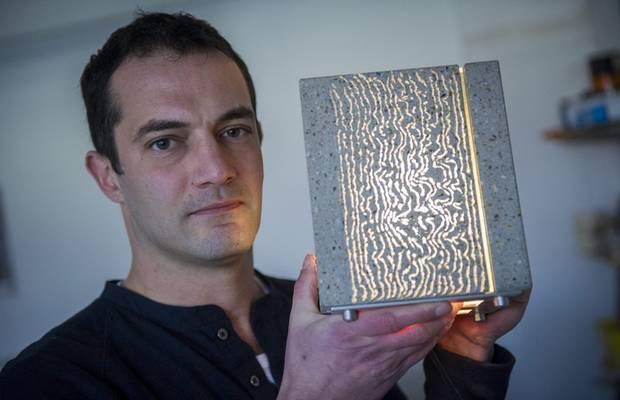 Арон Лошонци со светильником из прозрачного бетона