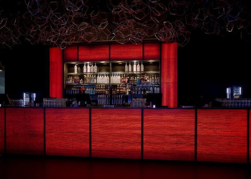 Цветная барная стойка из прозрачного бетона