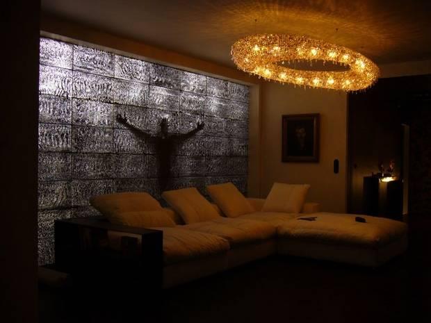 Светопроводящая стена в комнате