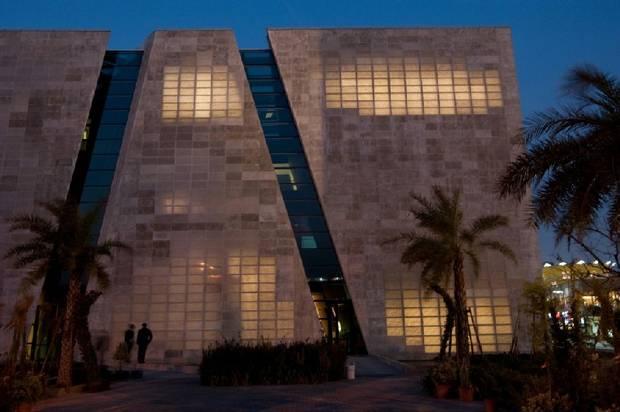 Здание со светящимися стенами