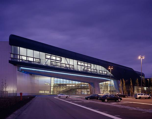Здание завода BMW в Лейпциге с прозрачными стенами