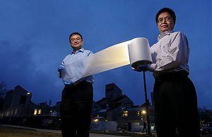 Ronggui Yang и Xiabo Yin со своей разработкой - теплозащитной пленкой