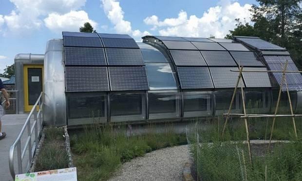 Почти вся верхняя часть укрыта солнечными панелями