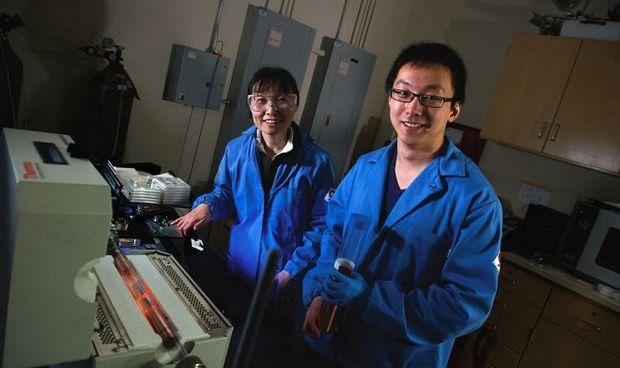 Jing Kong (слева) и Yi Song разработчики нового метода графеновых электродов